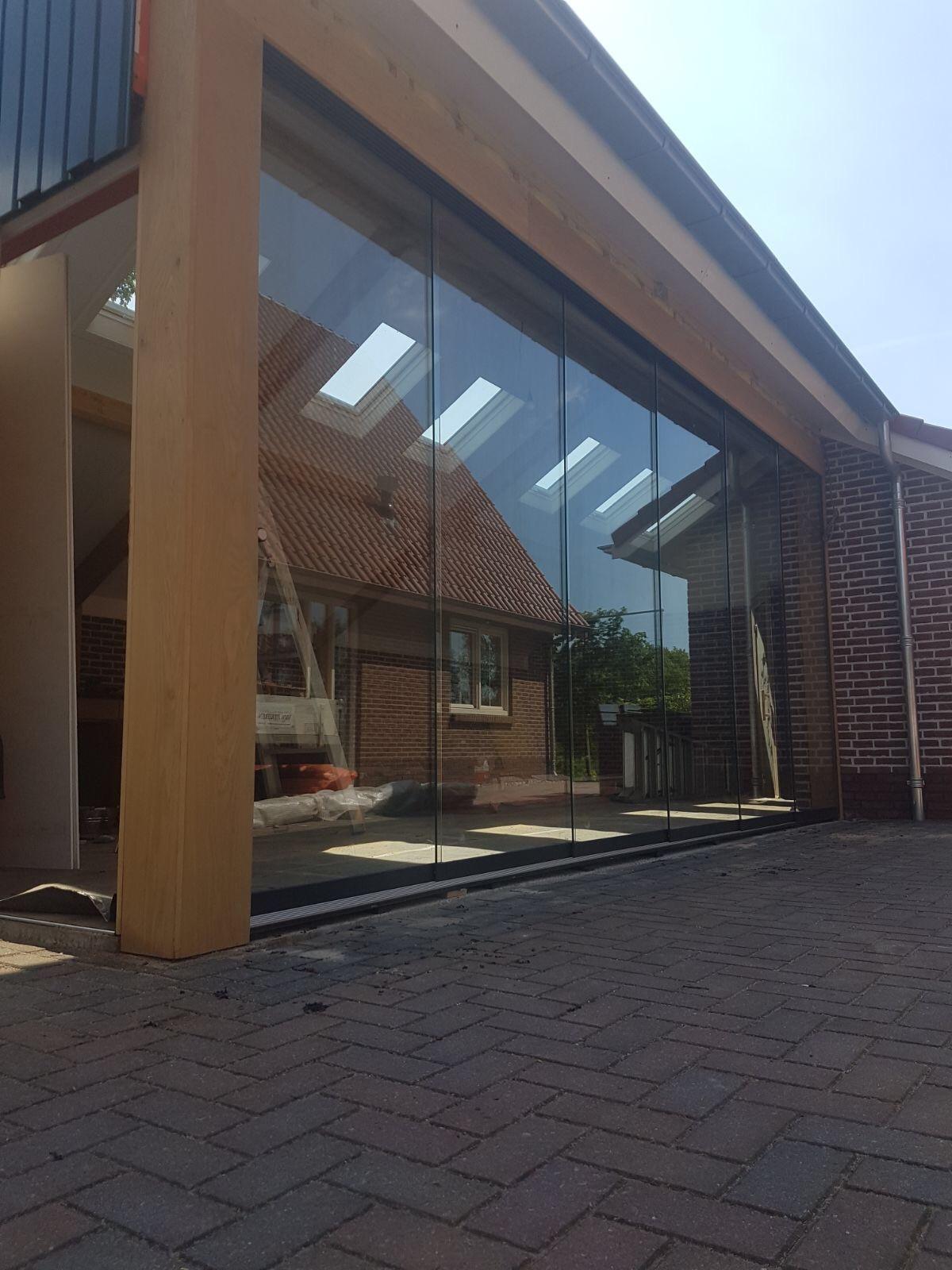 Alufox Schuifwanden Glas Hout schuin dak